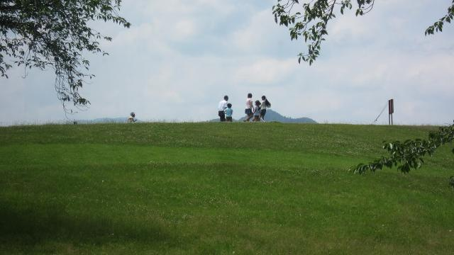 人が集う丘