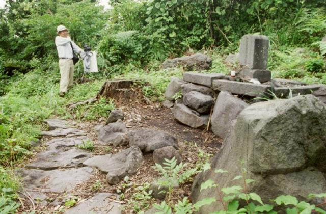 官軍の墓碑(飽海郡遊佐町)