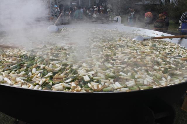 大鍋で調理
