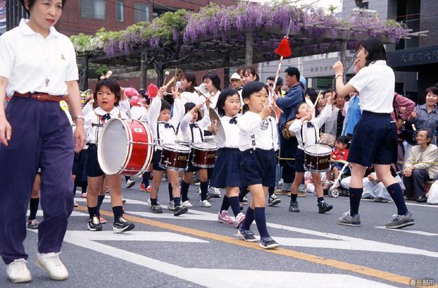 春日部藤まつりでの幼稚園児によるパレード