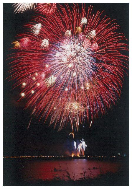 印旛沼の湖面も花火色に染まります!