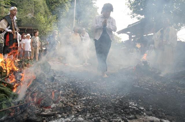 火渡りの法(夏の火祭り)