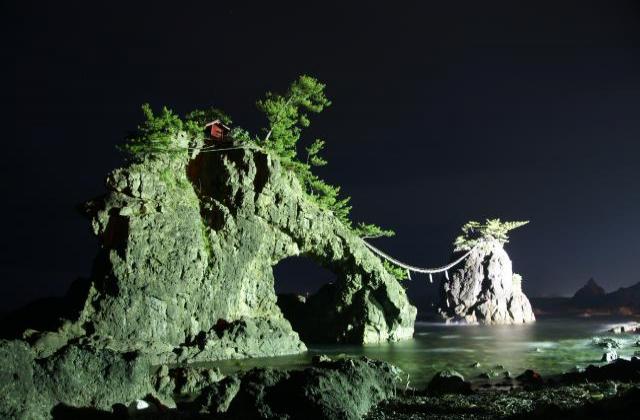 機具岩ライトアップ