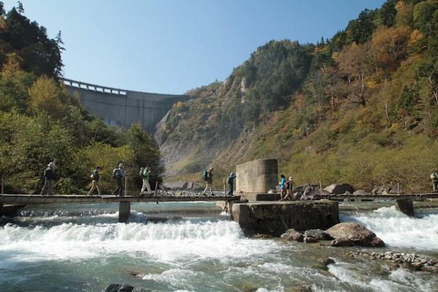 黒部ダムトレッキング 「秘境黒部峡谷に触れる 黒部ダム河床コース」