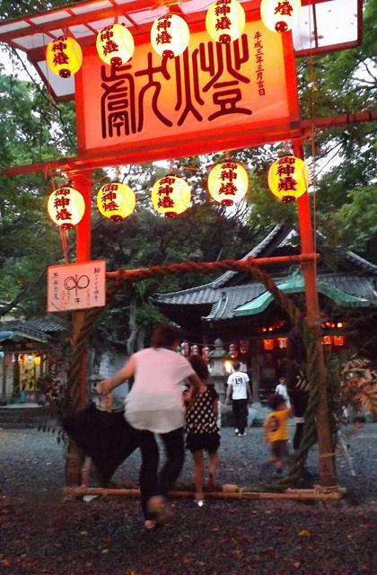 輪くぐりさん(和歌宮神社夏祭)