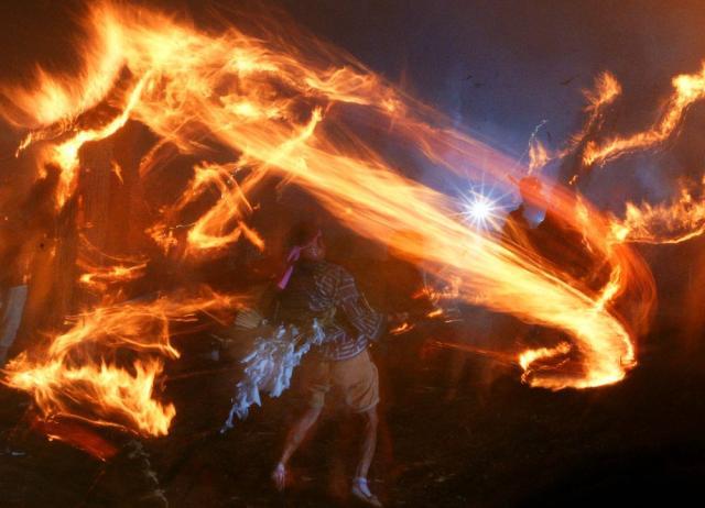 竹広信玄塚の火おんどり