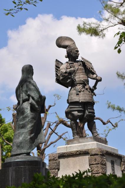 織田信長公銅像と濃姫像