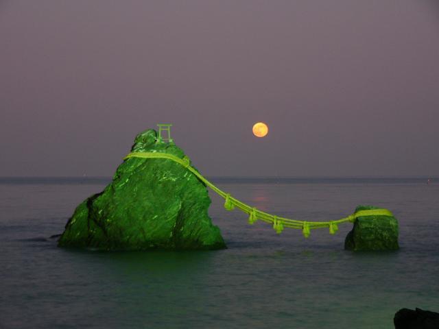 夫婦岩石和月的出來