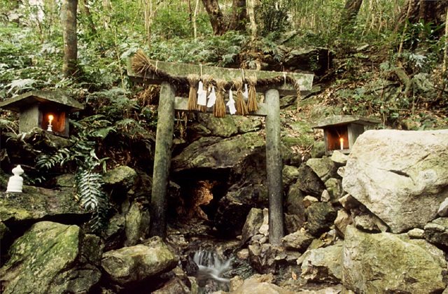 恵利原の水穴(天の岩戸)