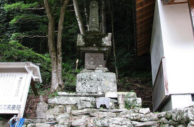 國吉熊野神社石造寶筺印塔
