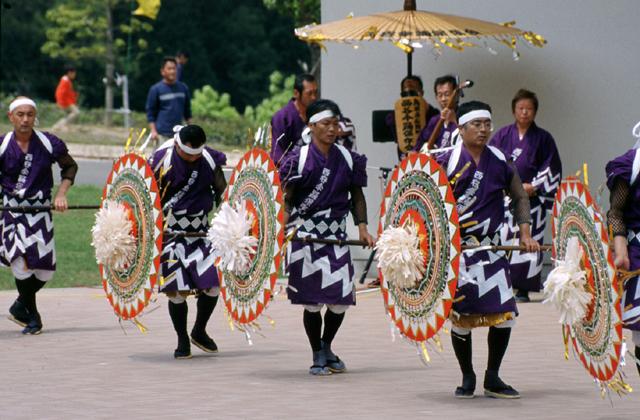 西谷傘踊り