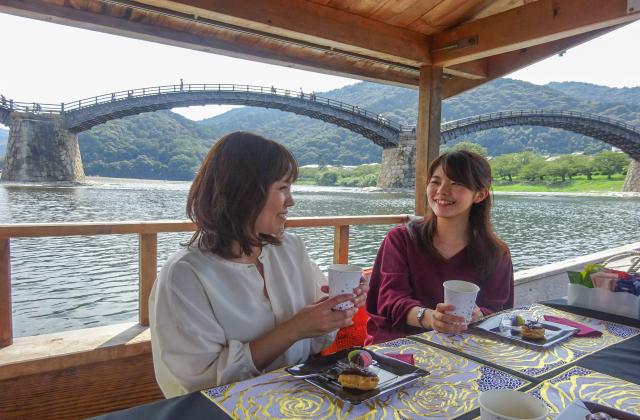 秋の錦帯橋「喫茶舟」