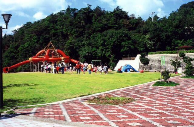 森と湖畔の公園中央広場
