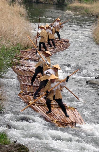 川登川まつり筏流し