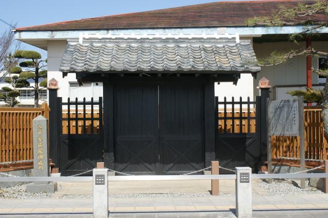 Five religion building Onarimon (black gate)