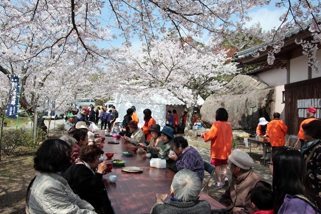 割石地蔵尊桜節