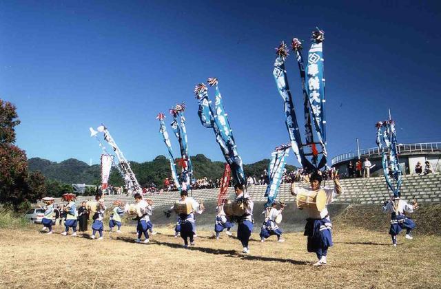 Kozono folk dance with millstone-sized drums