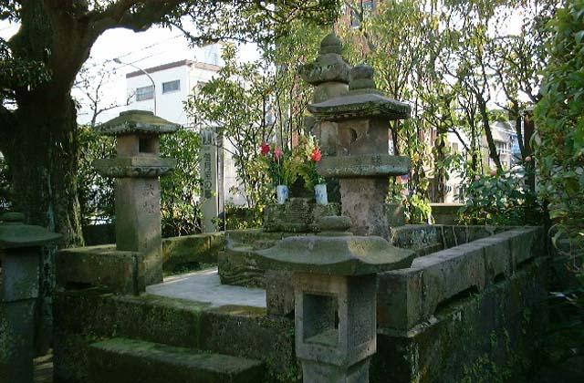 僧月照の墓