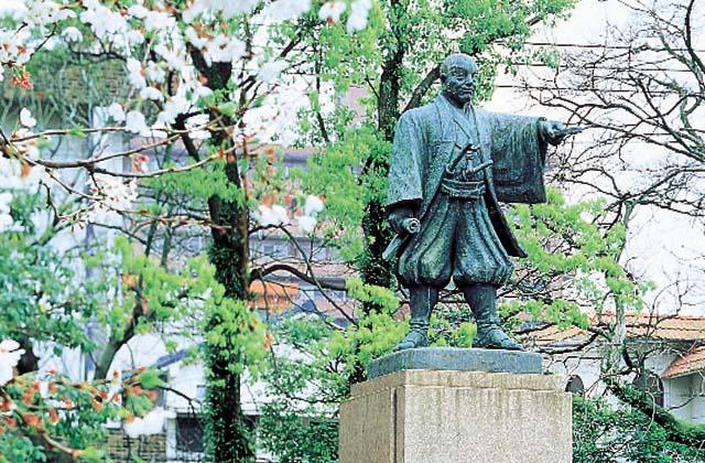 平田靭負銅像