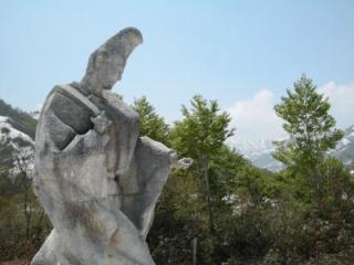 奥只見湖、駒ケ岳を望む高台に建つ「尾瀬三郎」